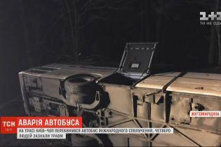 """На трасі """"Київ-Чоп"""" пасажирський автобус злетів у кювет і перекинувся, є травмовані"""
