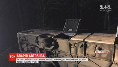 """На трассе """"Киев-Чоп"""" пассажирский автобус слетел в кювет и перевернулся, есть травмированные"""
