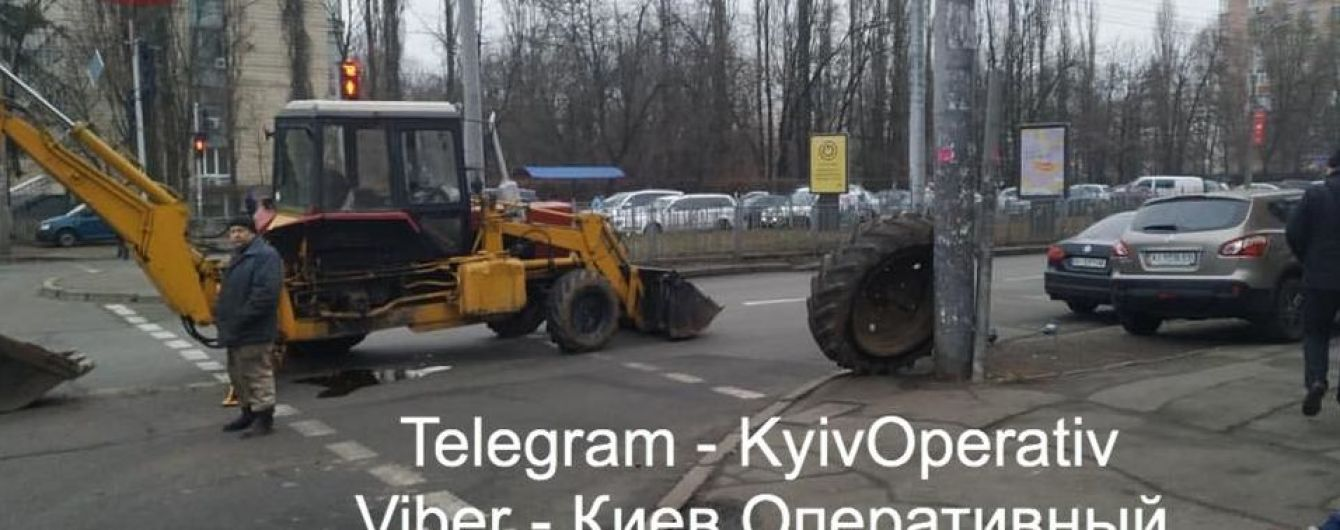 У Києві в екскаватора просто серед дороги відірвалось колесо