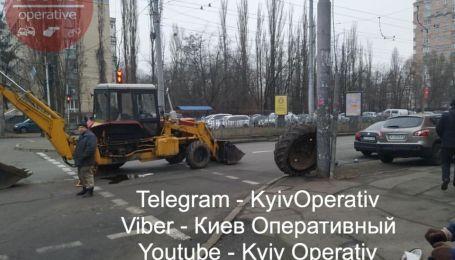 В Киеве у экскаватора просто среди дороги оторвалось колесо