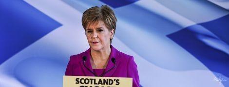 В фиолетовом костюме и с насыщенным макияжем: новый лук первого министра Шотландии Николы Стерджен