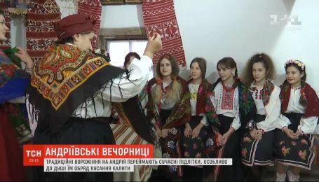 Для столичных подростков организовали традиционные вечерницы с гаданием и танцами