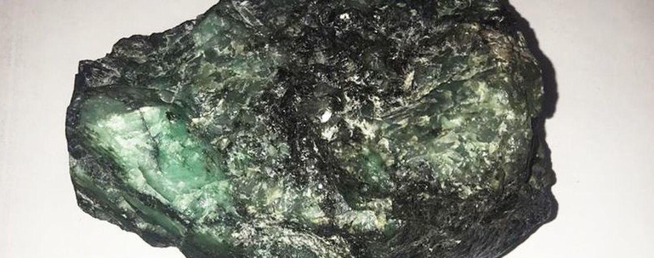 Из Украины в Россию пытались вывезти огромный загадочный минерал