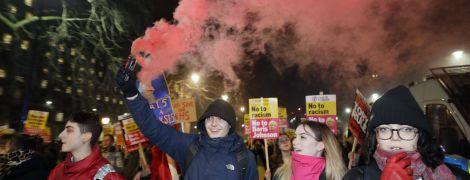 В Британии после победы на выборах консерваторов вспыхнули протесты. Полиция силой разгоняла митингующих