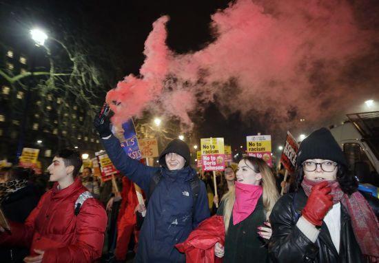 У Британії після перемоги на виборах консерваторів спалахнули протести. Поліція силою розганяла мітингарів