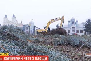 На Тернопольщине металлический забор упал на женщину с ребенком во время строительства площади, ради которой вырезали сквер