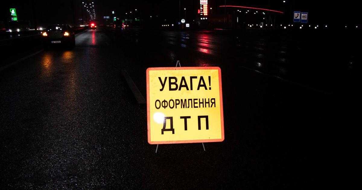 У Києві на Столичному шосе перевернулася фура: рух паралізовано