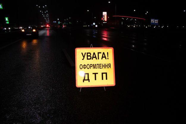 В Одессе водитель не заметил разрытую коммунальщиками 2-метровую яму и провалился в нее