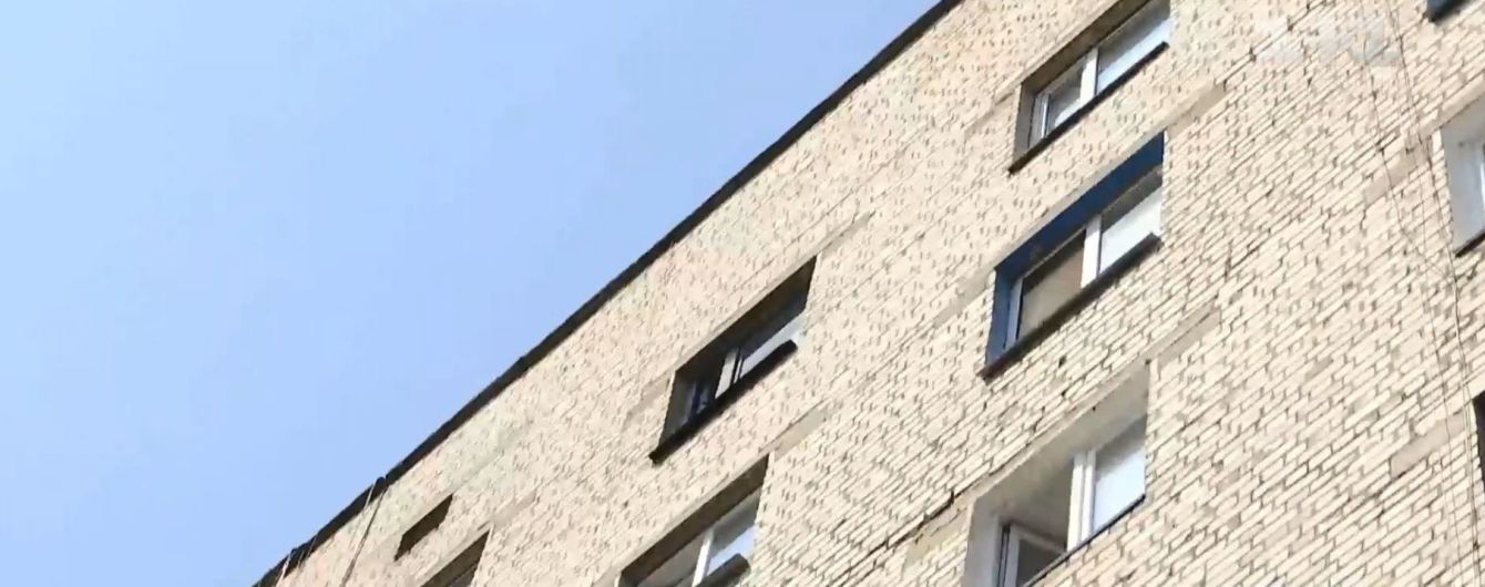 У Дніпрі студент вистрибнув з дев'ятого поверху, впав на автомобіль і вижив