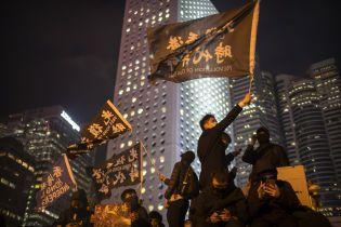 Разбитые витрины и перцовый газ: в Гонконге впервые за три недели произошли столкновения во время протестов