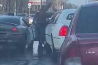 В Черкассах мужчина с молотком напал на водителя лимузина