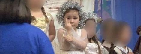 Пятилетняя британка показала средний палец на детском утреннике