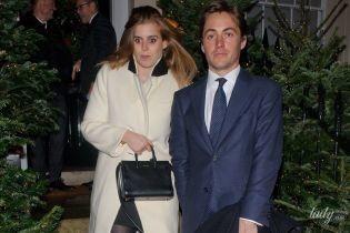 В білому пальті та за ручку з коханим: принцеса Беатріс сходила на різдвяну вечірку