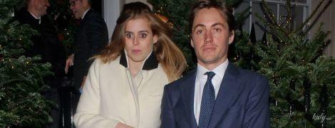 В белом пальто и за руку с любимым: принцесса Беатрис сходила на рождественскую вечеринку
