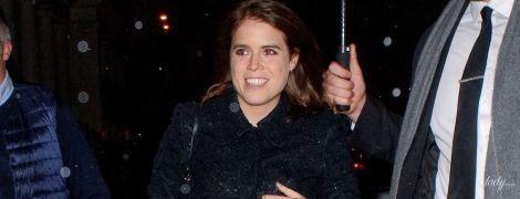 В пальто с пайетками и c улыбкой на лице: принцесса Евгения в объективах папарацци