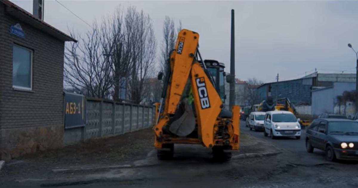 В Киеве сняли экстремальную поездку экскаватора по тротуару