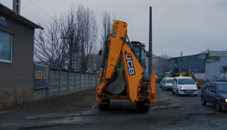 У Києві зняли екстремальну поїздку екскаватора тротуаром