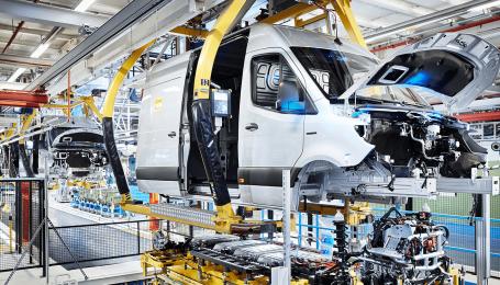 Mercedes запустил в производство электрические Sprinter