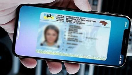 Избранным водителям разрешили показывать права и техпаспорт со смартфона