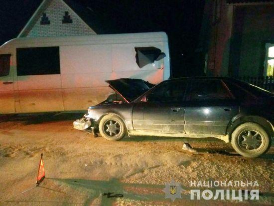 На Буковині п'яний водій Audi протаранив пішоходів та припаркований мікроавтобус: є жертви
