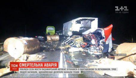 Пассажирский автобус столкнулся с грузовиком в Черниговской области - 3 человека погибли