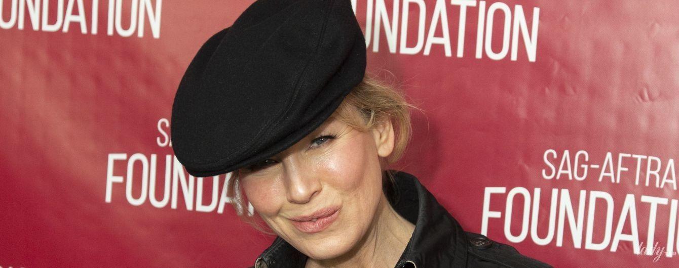В рваных джинсах и кепке: стильная Рене Зеллвегер встретилась с поклонниками
