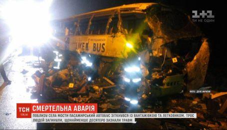 Три человека погибли в результате аварии с участием автобуса и грузовика в Черниговской области