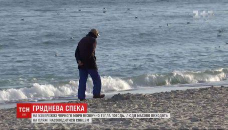 Одесситы массово выходят на пляжи насладиться декабрьским теплом