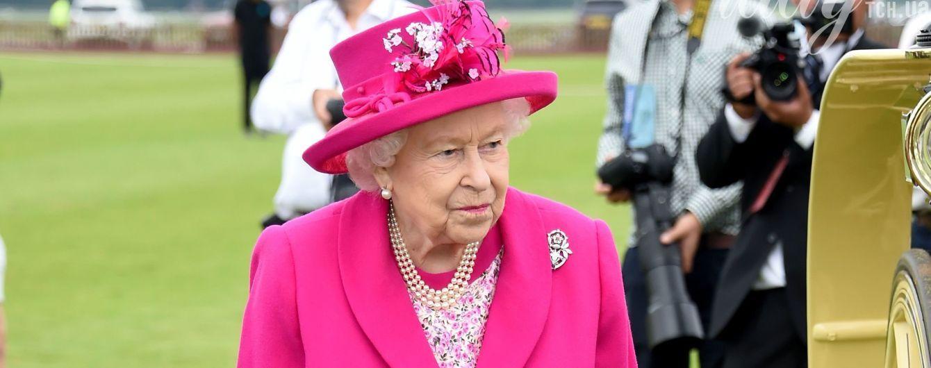 Конфузы в королевских семьях: засвеченное белье, мокрые платья и платок на лице у Елизаветы II
