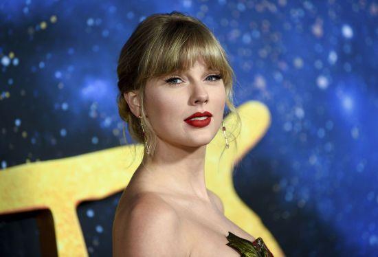 """Ефектна Тейлор Свіфт у квітчастій сукні завітала на світову прем'єру мюзиклу """"Кішки"""""""