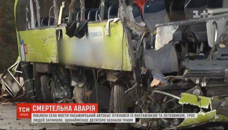 Поблизу села Мости пасажирський автобус зіткнувся із вантажівкою, є загиблі