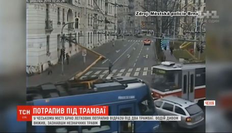 В Чехии легковушку зажало между двумя трамваями