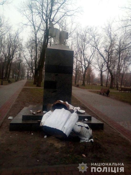 У Харкові повалено пам'ятник радянському діячу