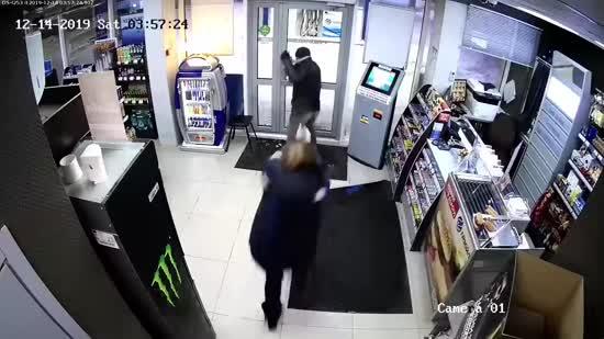 В РФ камера зняла, як безстрашна продавчиня виганяє грабіжника шваброю
