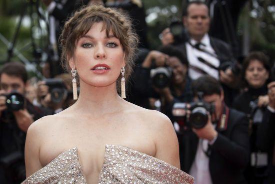 Міла Йовович у стильній сукні похизувалася чималим вагітним животиком