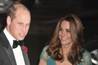 Кейт резко отбросила руку принца Уильяма, когда он пытался ее погладить