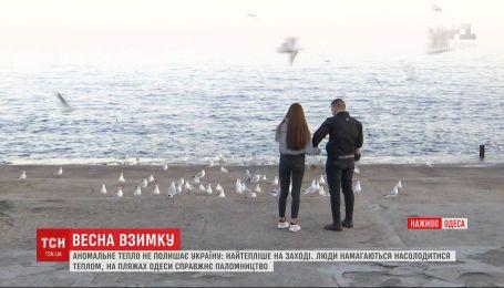 +13 в Одесі: люди насолоджуються погодою, дехто купається в морі