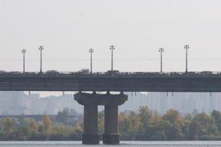 В Киеве на мосту Патона прорвало трубу: потоки стекают в Днепр