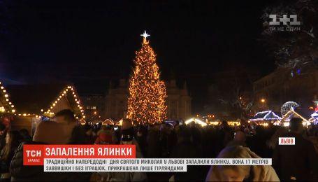 Накануне Дня Святого Николая во Львове торжественно зажгли елку