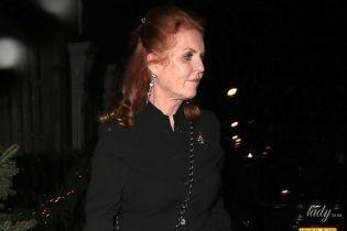 У мініспідниці та туфлях на підборах: 60-річна Сара Йоркська відвідала вечірку на честь заручин старшої дочки