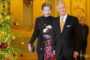В вечернем наряде и лаковых туфлях: королева Матильда с семьей на рождественском концерте
