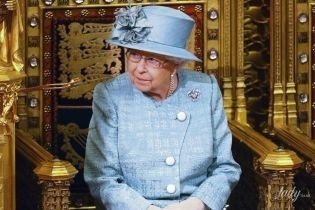 В синем платье и без фотографии Меган и Гарри: Елизавета II записала рождественскую речь