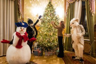 В коричневом свитере и с большой крысой: Елена Зеленская празднично украсила Дом с химерами