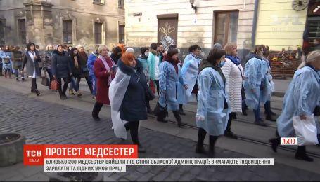 """Более 200 медсестер во Львове вышли на акцию протеста """"Будь как Нина"""""""