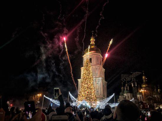 Із лускунчиком та гірляндами: у Києві урочисто запалили головну новорічну ялинку країни