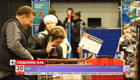 Как украинцы готовятся покупают продукты на новогодний стол