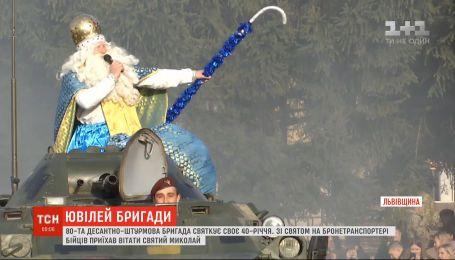У Львові святий Миколай розвозив подарунки військовим на БТРі