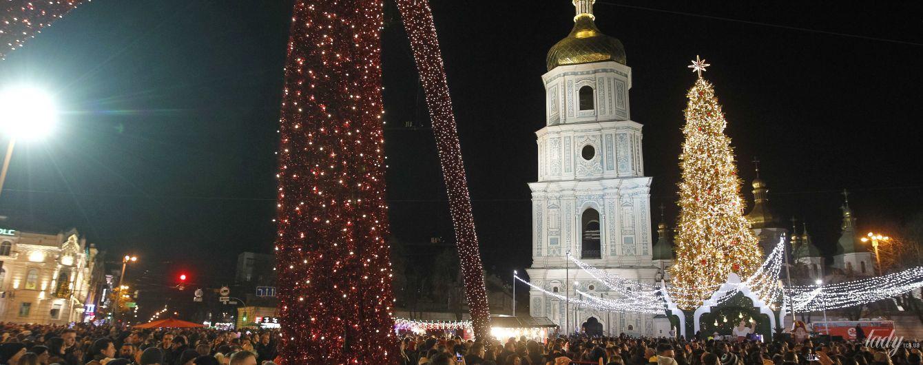 Жовті гірлянди і червоні кулі: у Києві запалили тридцятиметрову головну ялинку