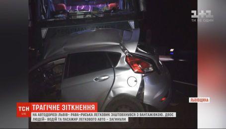 """На дорозі """"Львів – Рава-Руська"""" зіткнулись легковик та вантажівка з причепом, є загиблі"""