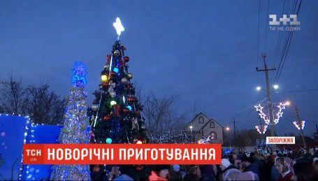 Миколаї за кермом та ялинка з рапанів: як в українських містах готуються до новорічних свят
